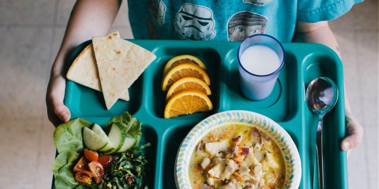 Σχολικά γεύματα: ξεκινά από σήμερα η διανομή ζεστού φαγητού στα σχολεία