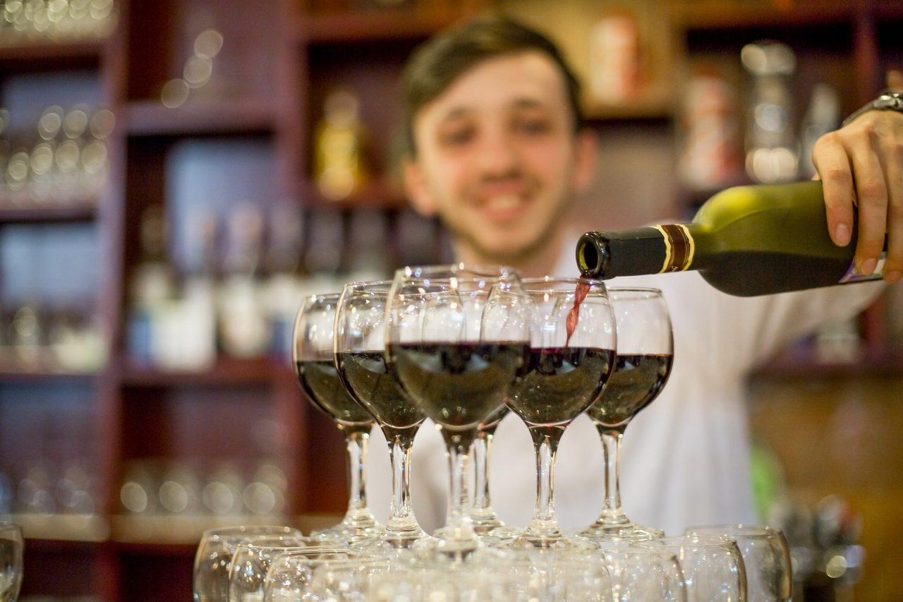 Έλεγχοι και πρόστιμα για παραβιάσεις σε μπαρ και καφετέριες της Αττικής τις ημέρες των εορτών