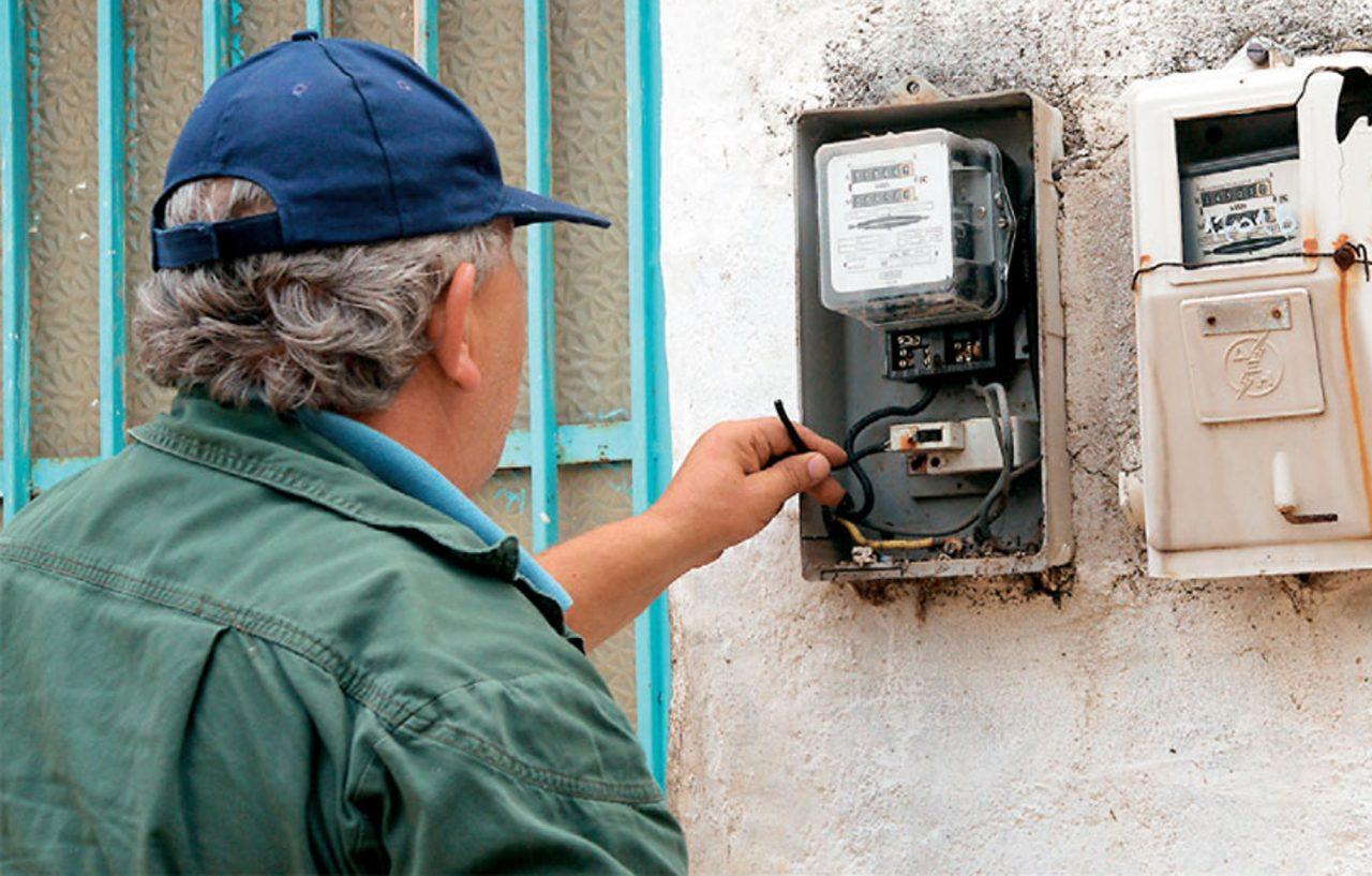 ΔΕΗ: Έκοψε το ηλεκτρικό ρεύμα σε 300.000 νοικοκυριά λόγω απλήρωτων λογαριασμών