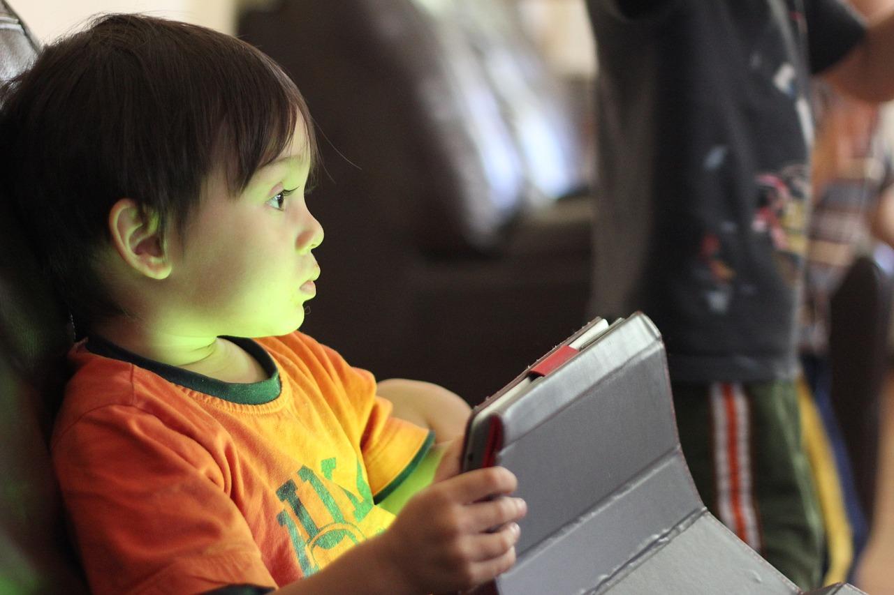 Εθισμένα στο διαδίκτυο Ελληνόπουλα ηλικίας από 5 έως και 12 ετών