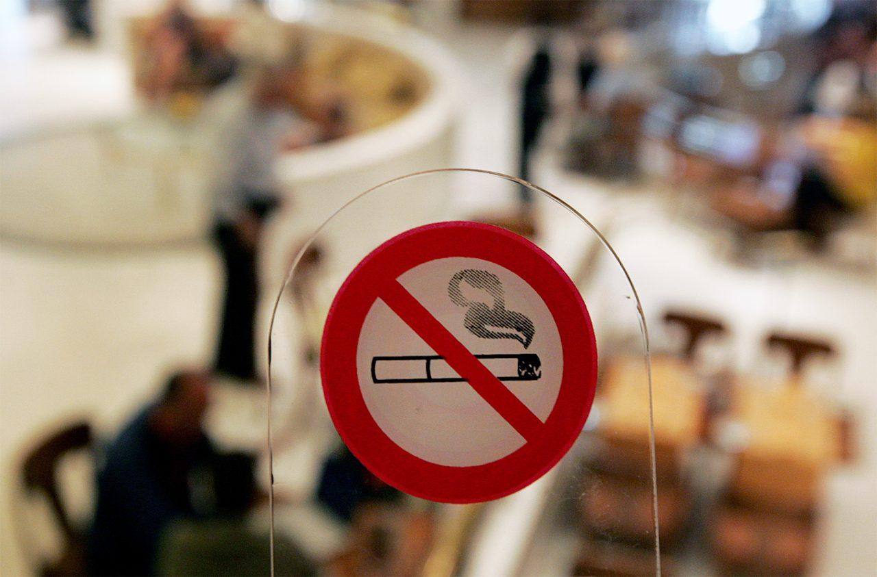 """Αντικαπνιστικός νόμος: ακόμα πιο αυστηρά μέτρα και πρόστιμα - έκκληση των καταστηματαρχών για εύρεση """"χρυσής"""" λύσης"""