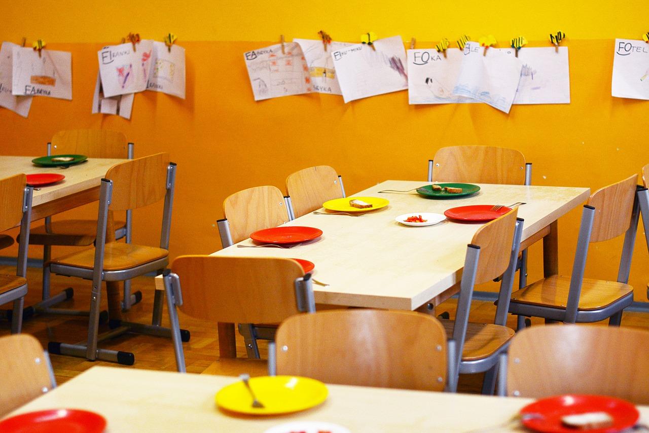 Σχολικά γεύματα: θα σερβίρονται και φέτος στα δημοτικά σχολεία