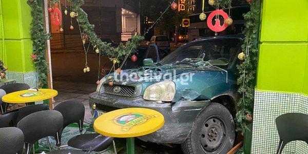 Θεσσαλονίκη: τζιπ κατέληξε σε μπουγατσάδικο μετά από καταδίωξη (ΒΙΝΤΕΟ)