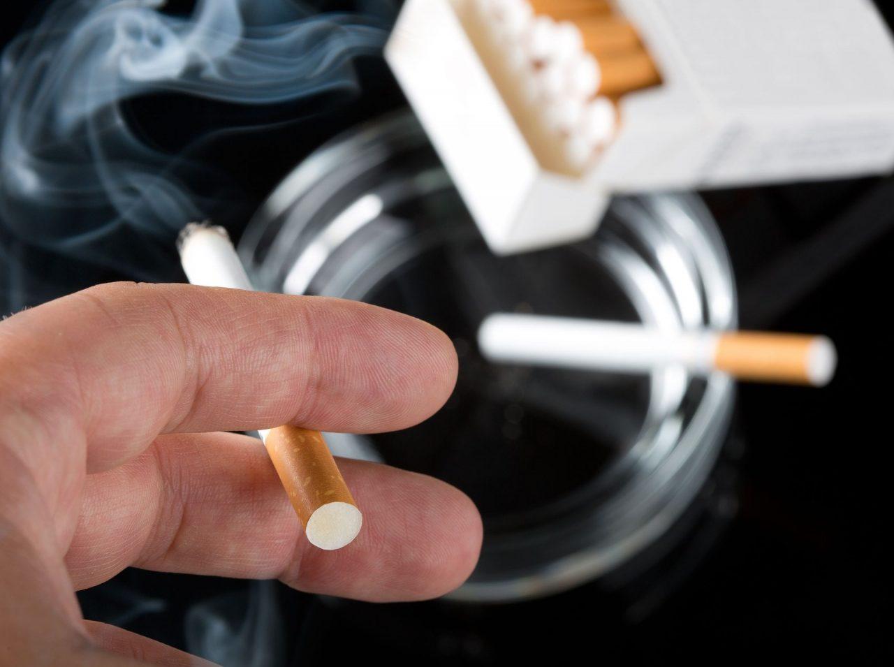 Σε υψηλά επίπεδα λαθρεμπόριο και φορολογία στον καπνό - Πώς επηρεάζει ο αντικαπνιστικός νόμος