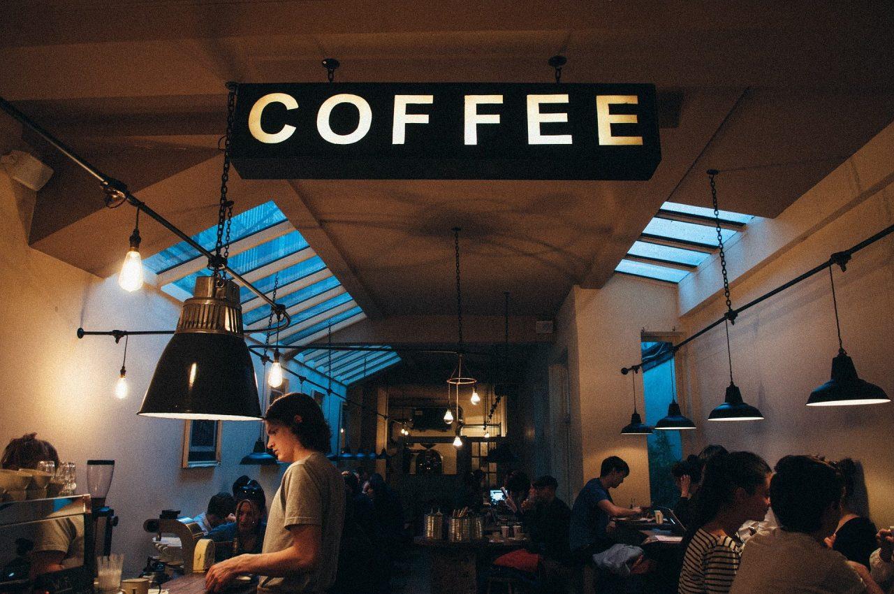 Πώς θα λειτουργούν από σήμερα επιχειρήσεις, εστιατόρια και καφέ/μπαρ - Οι νέοι κανόνες τήρησης αποστάσεων (ΦΕΚ)