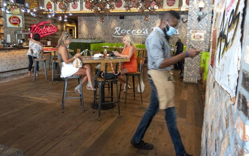 Αλλάζει η εστίαση: Πόσοι και πώς θα καθόμαστε σε εστιατόρια, καφέ – μπαρ