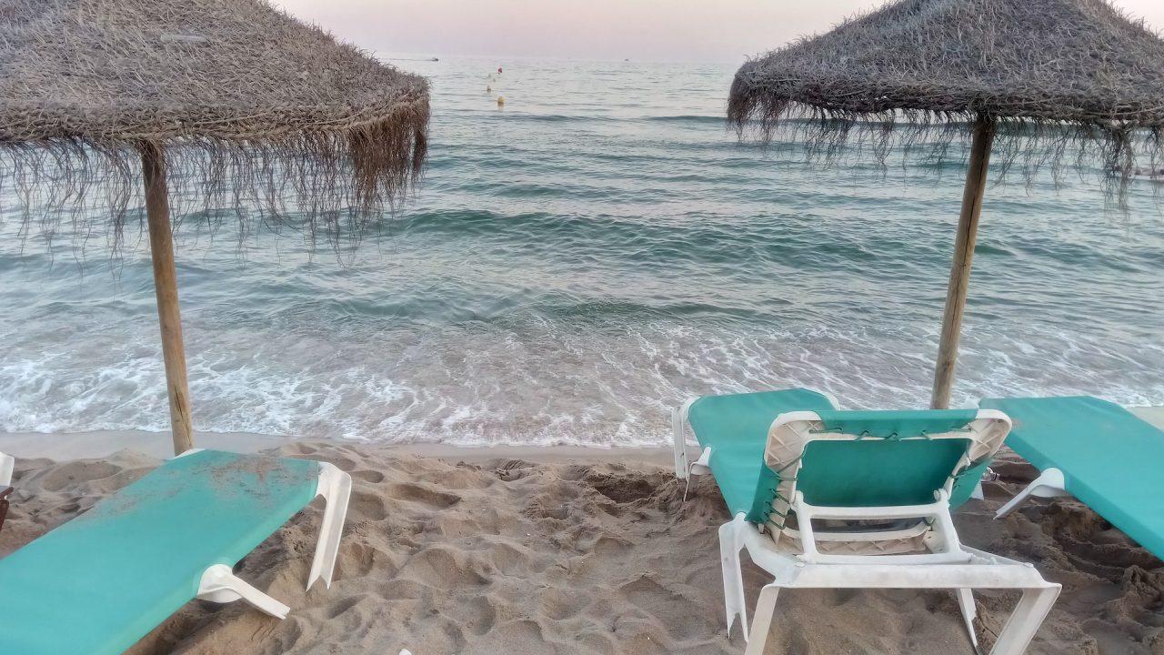 Εστίαση - παραλίες: Τραπεζάκια μέσα, μουσική κι αλκοόλ στην ξαπλώστρα από το Σάββατο