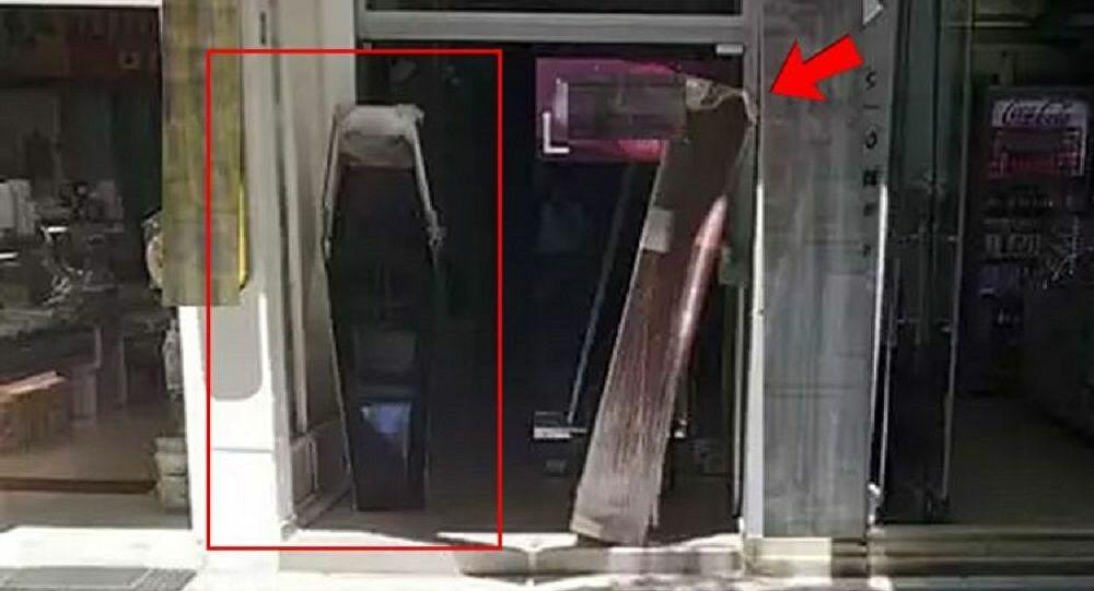 Κοζάνη: ιδιοκτήτης έβαλε φέρετρα στην είσοδο καταστήματος εστίασης και ξάπλωσε ο ίδιος μέσα