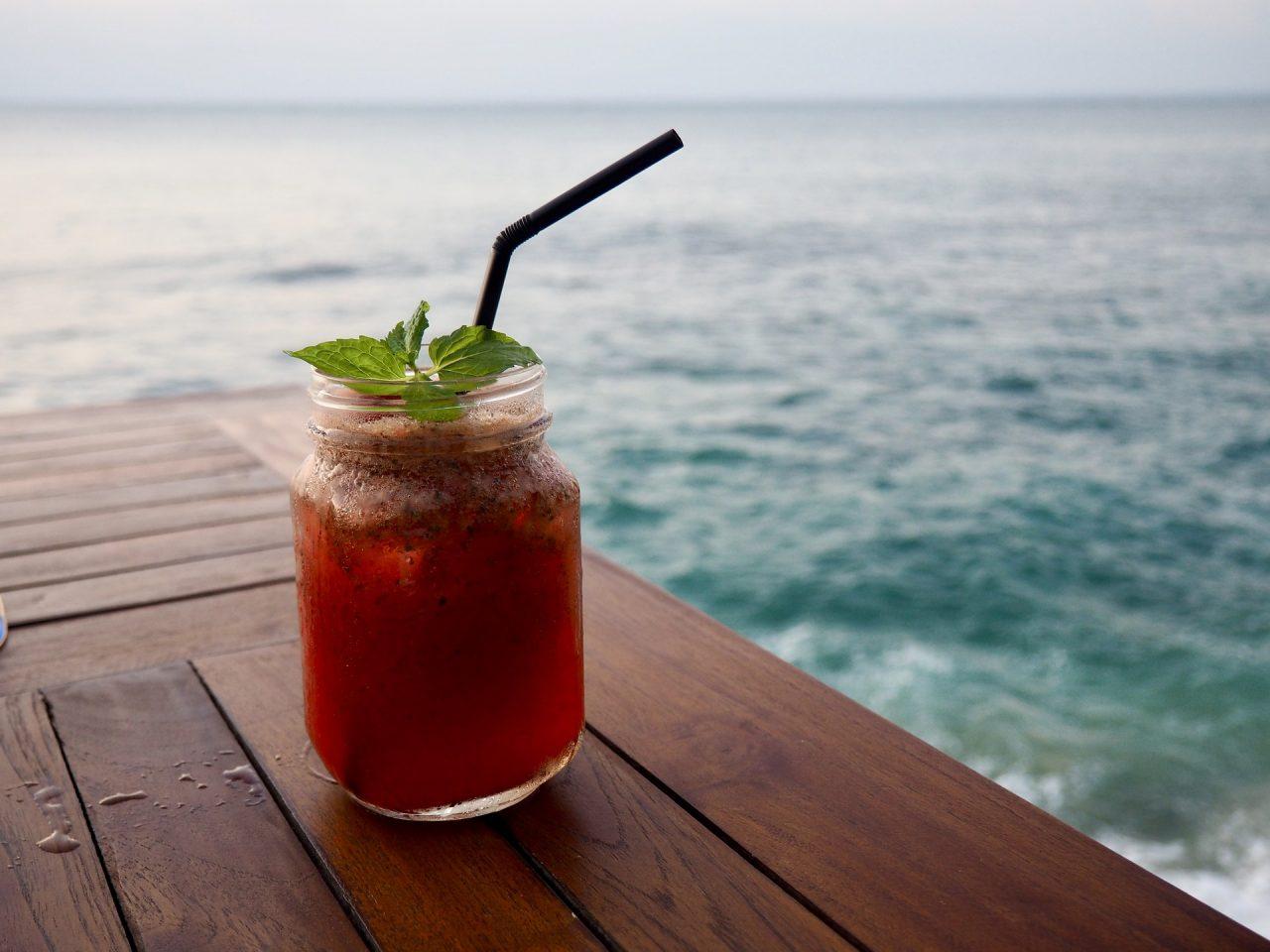 Προς άρση τα μέτρα για νυχτερινά κέντρα και beach bar - Στις παραλίες τα ποτά