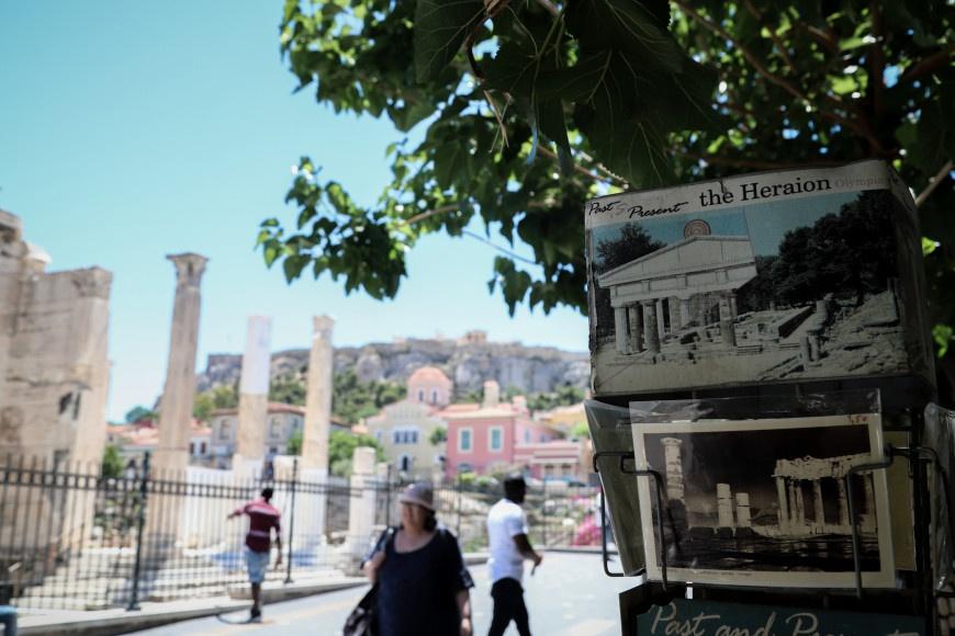 «Χωρίς τουρίστες» το ιστορικό κέντρο της Αθήνας - Άδεια η Σαντορίνη