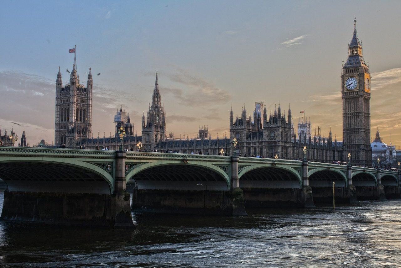 Οι Βρετανοί προχωρούν σε μείωση του ΦΠΑ στην εστίαση