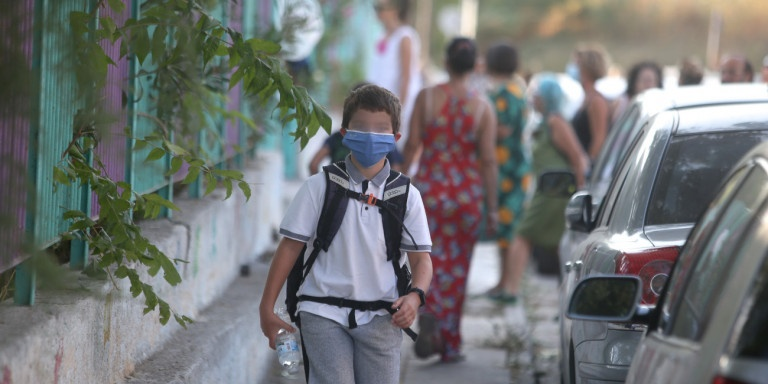 Πρώτη ημέρα στο σχολείο: Με μάσκες, θερμομέτρηση και αντισηπτικά οι μαθητές